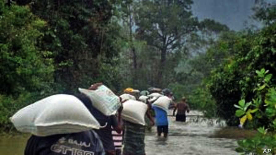 Flood victims in Sri Lanka's Ampara district carry home food rations distributed by WFP