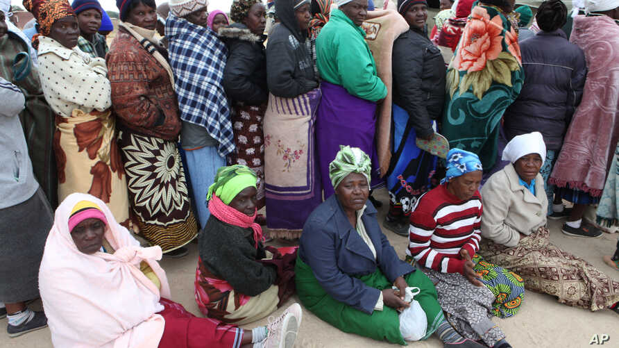 Zimbabweans wait to cast their vote in  Presidential and parliamentary elections in the Southern African Nation in Harare, July, 31, 2013.