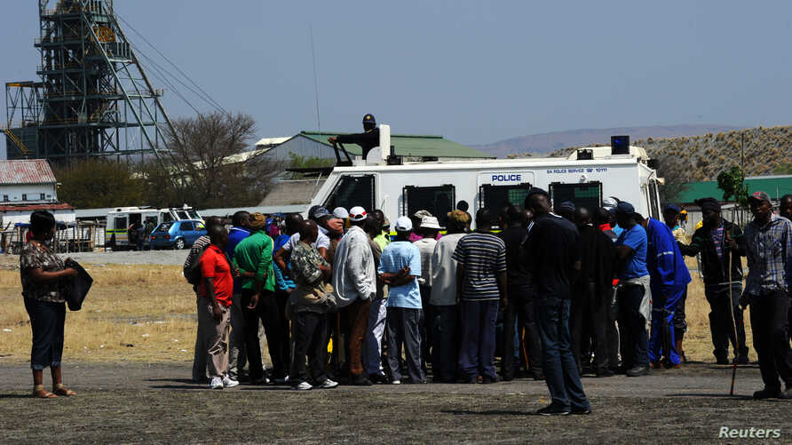 Striking workers of the Anglo American Platinum (Amplats) move from shaft to shaft to call on their colleagues to stop working in Rustenburg, September 12, 2012.