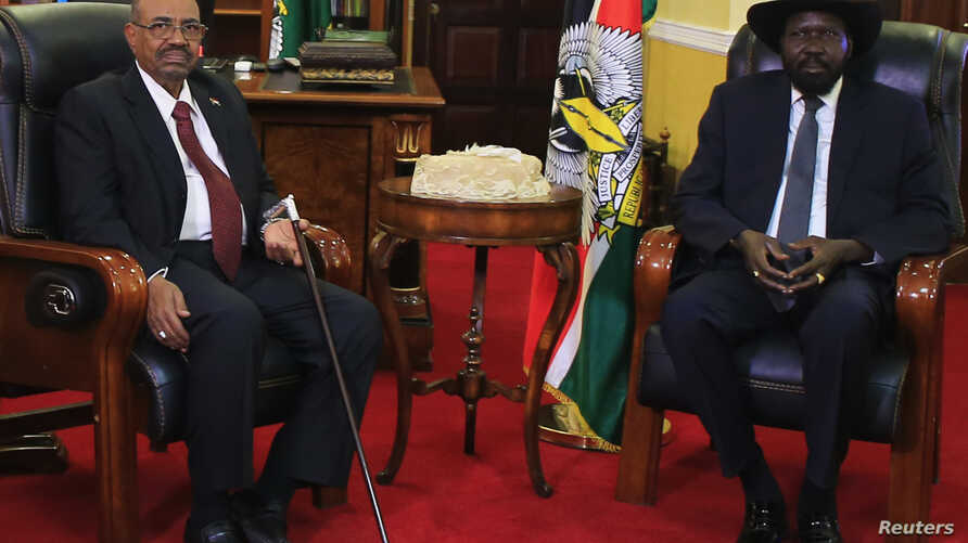 South Sudan President Salva Kiir (R) and his Sudanese counterpart Omar al-Bashir look on during a photo opportunity at the state house in capital Juba Jan. 6, 2014.