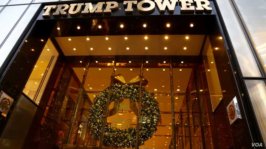 A holiday wreath hangs on Trump Tower in New York, Dec. 12, 2016. (R. Taylor/VOA)