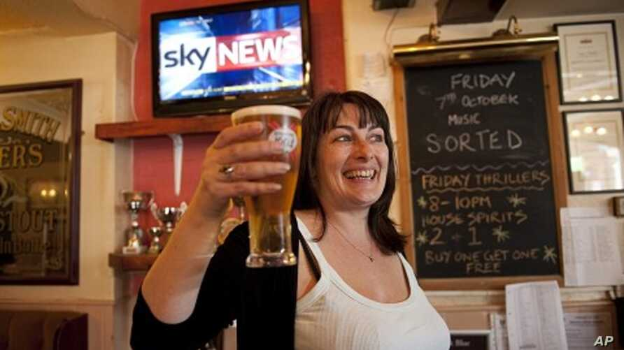 English pub landlady Karen Murphy poses for photographers inside her pub in Southsea, Portsmouth, southern England. (File Photo)