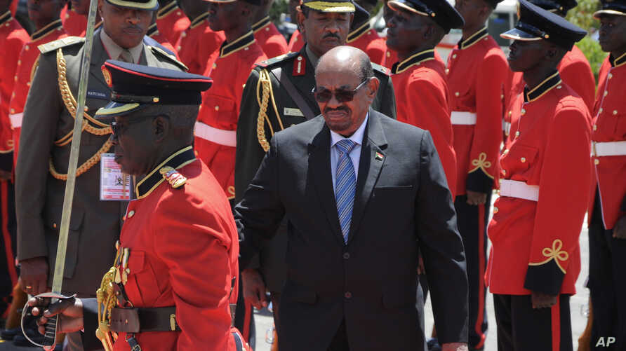 Sudan President Omar Bashir inspects the guard of honor after his arrival in Entebbe, Uganda, Nov. 13, 2017. Rights groups on Monday urged Ugandan authorities to arrest the visiting president of Sudan, who has long been wanted by the International Cr