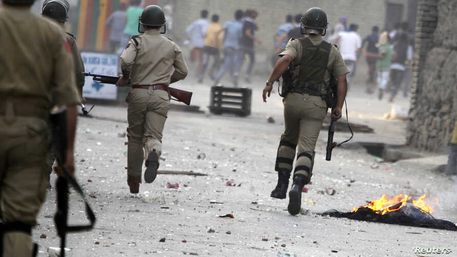 Indian police chase Kashmiri protesters during a strike called by separatist groups against the recent killings in south Kashmir which they say were carried out by Indian security forces, in Srinagar September 21, 2013. REUTERS/Danish Ismail (INDIAN-