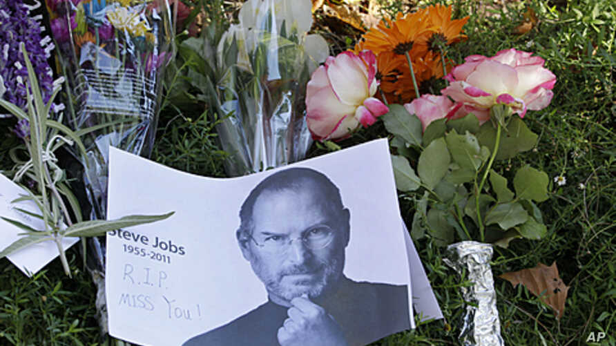 A memorial is displayed outside of Steve Jobs house in Palo Alto, California, October 7, 2011.