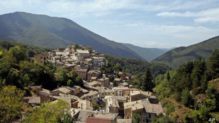 A general view of Filettino, Italy, a small town 70 km east of Rome that is trying to go independent and mint its own money in protest against government austerity cuts, August 2011. (file photo)