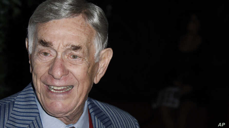 Actor-comedian Shelley Berman arrives at the 2008 Primetime Emmy Awards Nominees for Outstanding Performance reception in Los Angeles, Sept. 19, 2008.