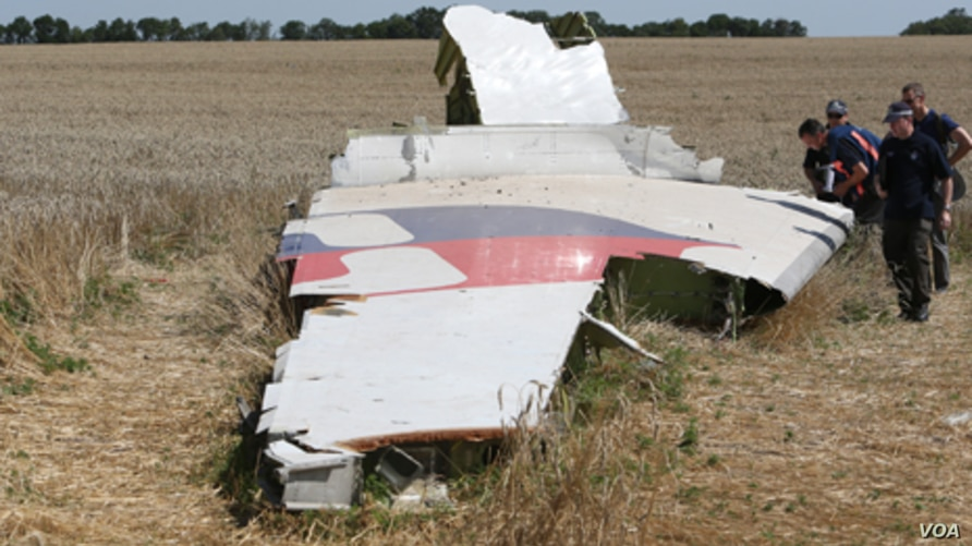 July28-inverstigator-at-the-MH17