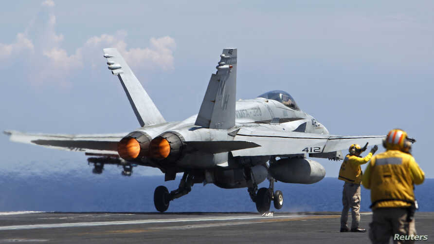 A U.S. Navy F/A-18 Hornet aircraft takes off during a tour of the USS Nimitz aircraft carrier on patrol in the South China Sea May 23, 2013. REUTERS/Edgar Su (Tags: MILITARY MARITIME) - RTXZXU9