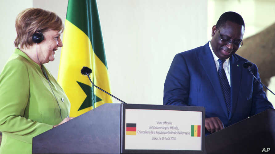 German Chancellor Angela Merkel (L) and Senegal's president Macky Sall (R) during a joint press conference at the Presidential palace in Dakar, Senegal, Aug. 29, 2018.
