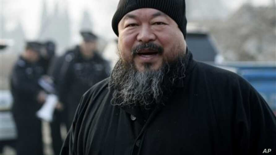 Ai Weiwei arrives at the Wenyuhe court to support fellow artist Wu Yuren during his trial in Beijing (File Photo - November 17, 2010)
