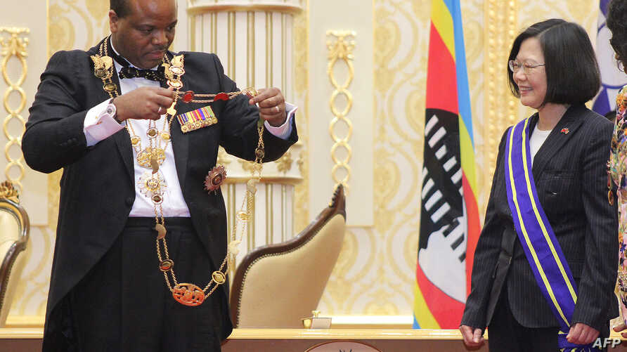Swaziland absolute Monarch King Mswati III bestows the Order of the Elephant to Taiwan President Tsai Ing-wen during her visit to the Kingdom of Swaziland at an official ceremony, April 18, 2018, in Lozitha Palace, Manzini.