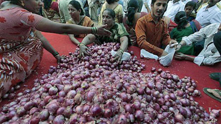 People try to grab onions being sold by a political party at cheap rates as a mark of protest against the rising prices in Mumbai, India, January 9, 2011 (file photo)