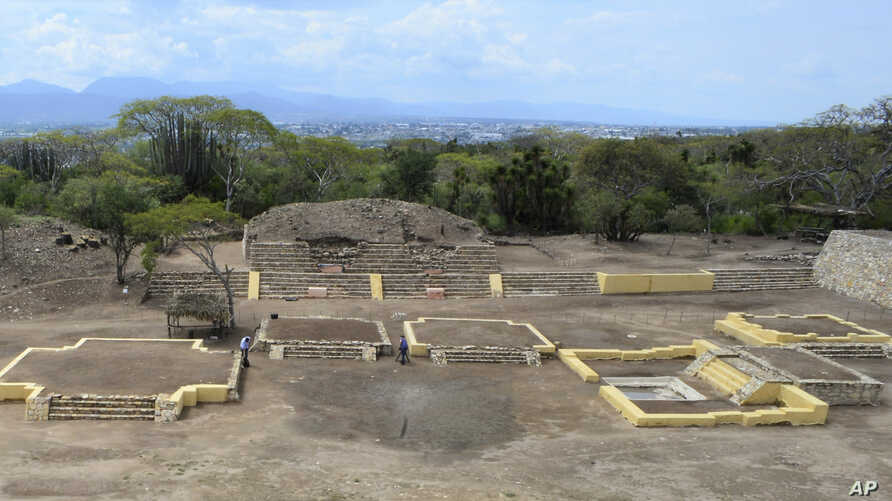 Investigators work at the Ndachjian–Tehuacan archaeologica