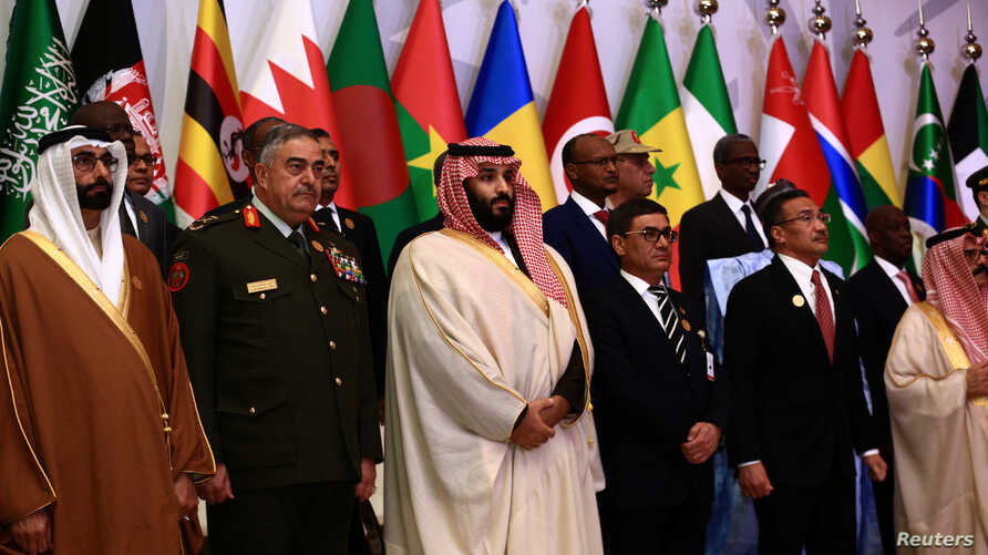 Saudi Crown Prince Mohammed bin Salman (C) poses for a photograph with chiefs of staff and defence ministers of a Saudi-led Islamic military counter terrorism coalition during their meeting in Riyadh, Nov. 26, 2017.