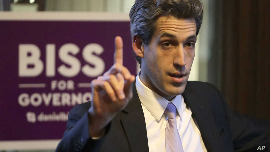Democratic gubernatorial candidate, Illinois Sen. Daniel Biss, talks to students during a campaign stop on the University of Chicago campus in Chicago, Illinois, Feb. 2, 2018.