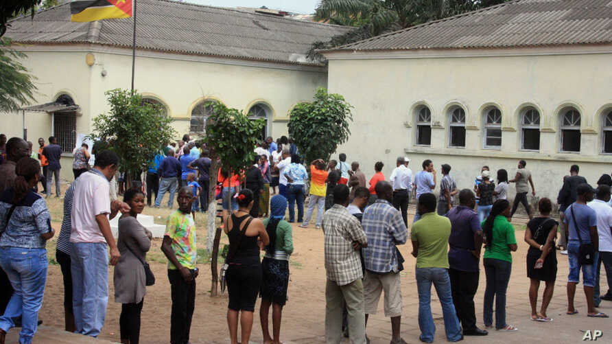 Voters queue to cast their votes at a polling station, in Maputo, Mozambique, Oct. 15, 2014.