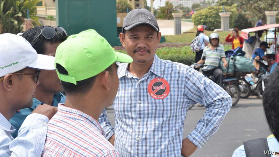 Labor activists gathered outside Cambodia's National Assembly Monday to protest against a controversial new Trade Union Law (D. de Carteret / VOA)