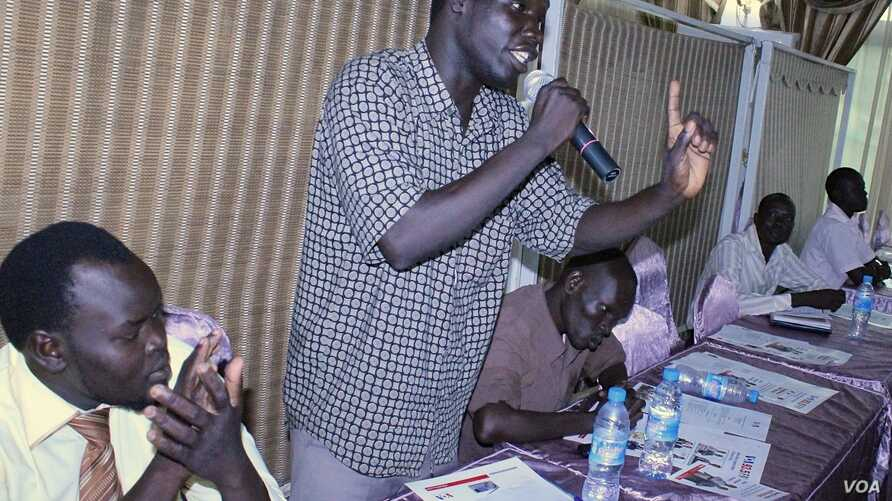 A member of the public asks a question during the Q&A session at the Voice of America town hall meeting in Juba on Thursday, March 28, 2013.