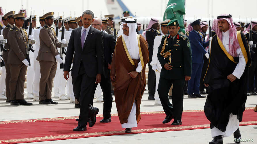 U.S. President Barack Obama (front L) is escorted from Marine One to Air Force One as he departs Saudi Arabia to return to Washington, March 29, 2014.