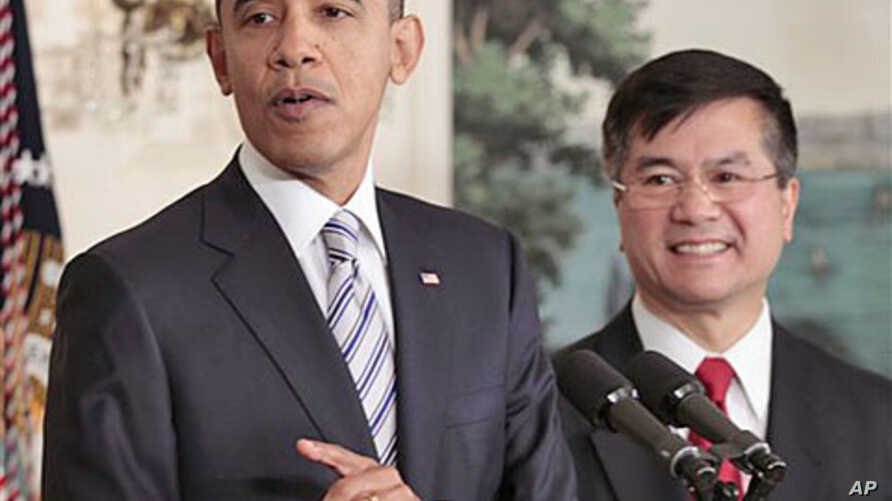 President Barack Obama (l) announces that Commerce Sec. Gary Locke will be the next US ambassador to China, in the Diplomatic Room of the White House, March 9, 2011