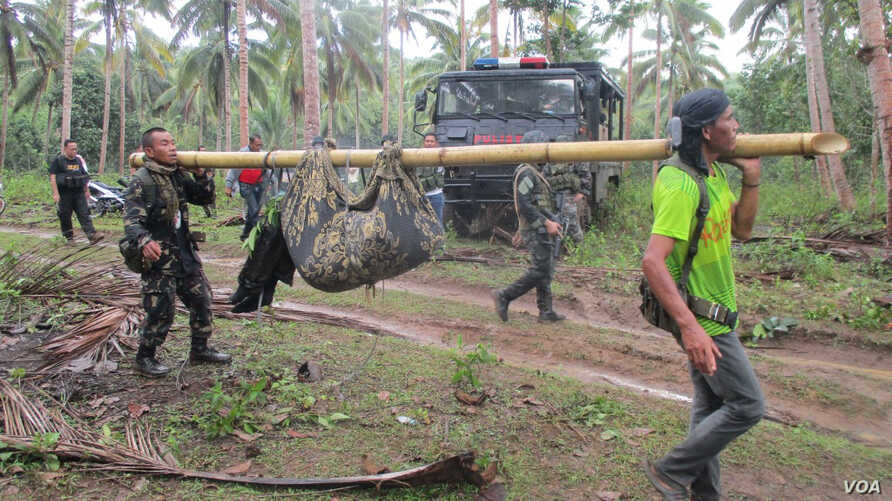 Filipino soldiers carry a recovered body in the town of Jolo, Sulu Island, southern Philippines, 27 April 2016.