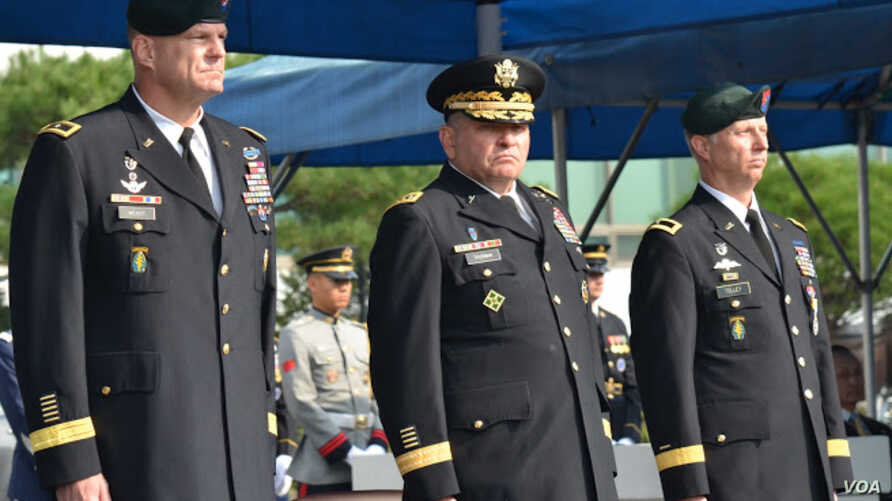 USFK commander Gen. James Thurman is flanked by the incoming special operations commander, Brig. Gen. Eric Wendt (left) and Wendt's predecessor, Brig. Gen. Neil Tolley (right).(VOA/Steve Herman)