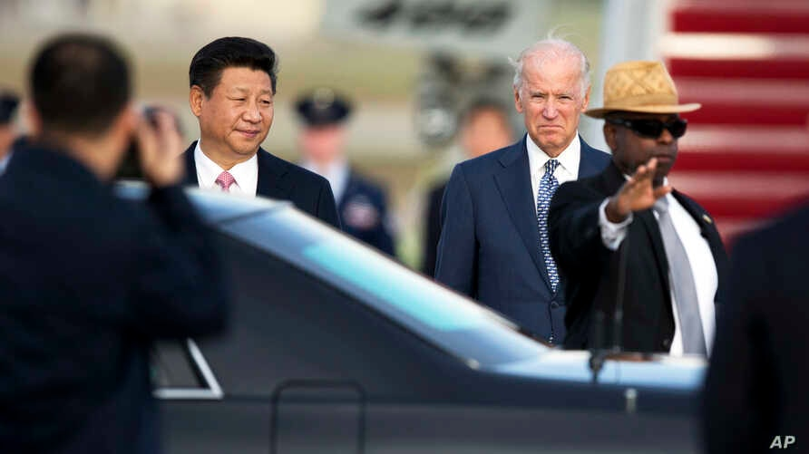 Chinese President Xi Jinping (l) and Vice President Joe Biden during the arrival ceremony at Andrews Air Force Base, Md., Sept. 24, 2015.