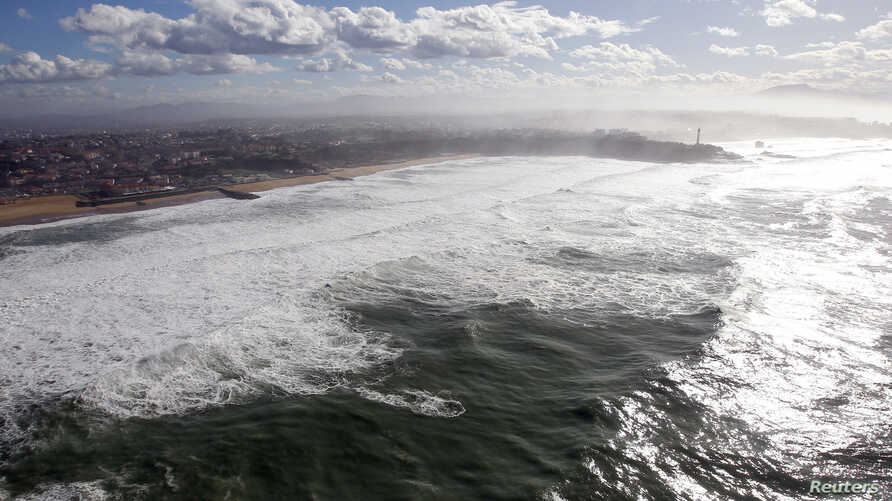 An aerial view shows breaking waves along the ocean beach front in Biarritz on the southern Atlantic Coast of France, February 5, 2014. Picture taken February 5, 2014.  REUTERS/Regis Duvignau (FRANCE - Tags: ENVIRONMENT TRAVEL) - RTX18A9Q