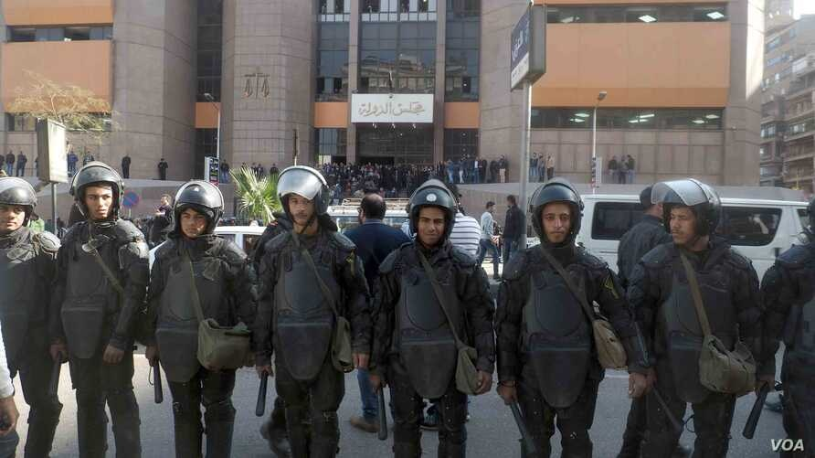 Egyptian riot police guard Egyptian Administrative Court in Giza, Egypt, Jan 16, 2017. (Photo: Hamada Elrasam for VOA)