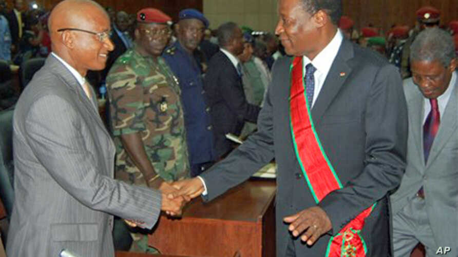Burkina Faso President Blaise Compaore, right, greets Guinea presidential frontrunner Cellou Dalein Diallo, as he meets with members of the transitional government and presidential candidates at the People's Palace in Conakry, Guinea (file photo – 03