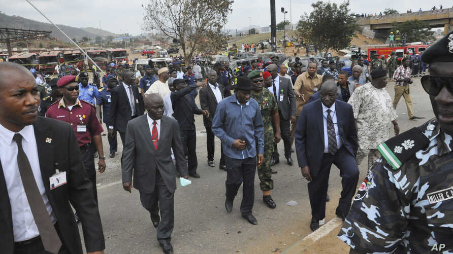 Nigerian President Goodluck Jonathan visits the site of an explosion in Abuja, April 14, 2014.