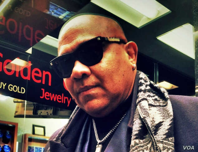 """Hector Panama, a """"Diamond District"""" bodyguard who emigrated to New York for 40 years ago, feels blessed to be in the """"city of his dreams."""" (VOA Photo: Adam Phillips)"""