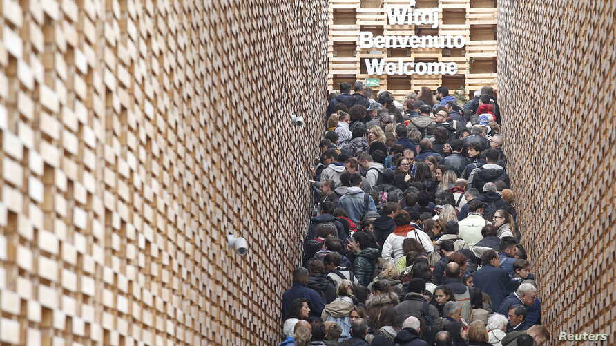 Visitors queue outside the Poland pavilion at the Expo 2015 global fair in Milan, Italy, October 29, 2015.