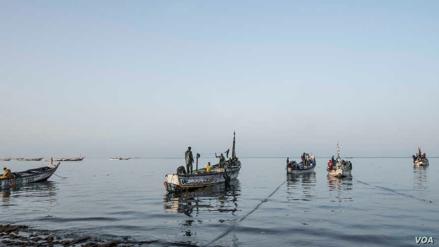 Fishermen get ready to cast off in the morning off the coast of Joal, Senegal, May 30, 2017. (R. Shryock/VOA)