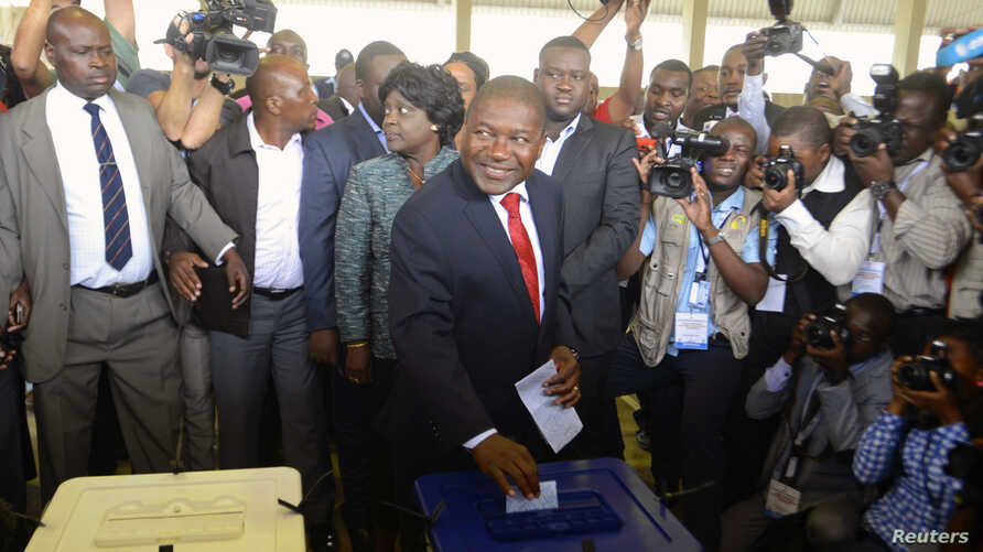 Frelimo presidential candidate Filipe Nyusi casts his ballot in the general election at a secondary school in Maputo, Oct. 15, 2014.