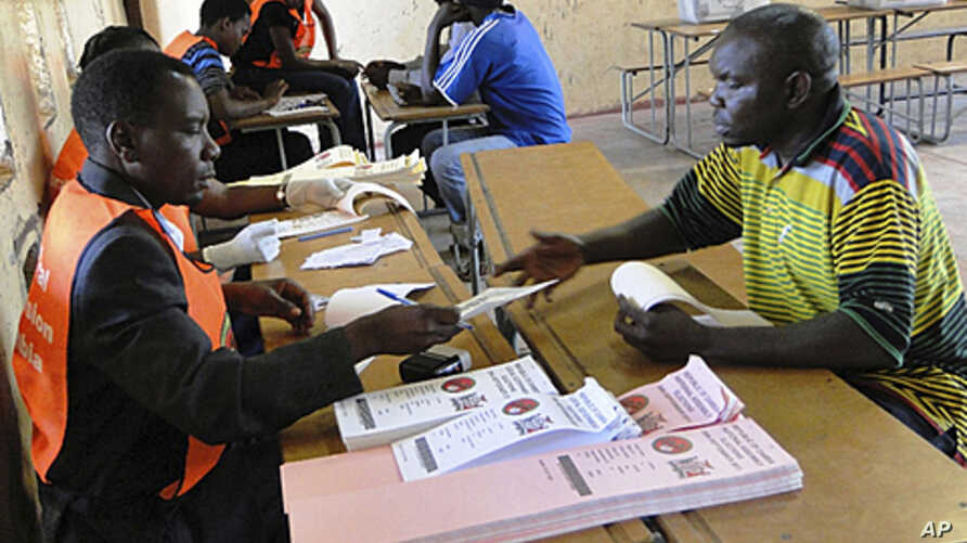 Zambians line up to cast their vote in the presidential elections in Lusaka, Zambia, Sept. 20, 2011.