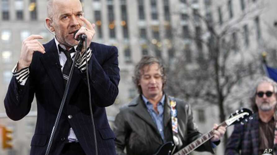 The band R.E.M. with lead singer Michael Stipe performs on the plaza of Rockefeller Center during NBC's Today Show in New York April 1, 2008