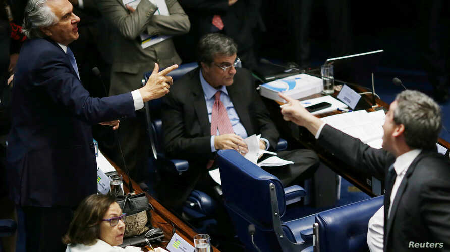 Senator Ronaldo Caiado (L) is seen discussing with Senator Lindberg Farias (R) during a final session of debate and voting on suspended president Dilma Rousseff's impeachment trial in Brasilia, Brazil, Aug. 25, 2016.