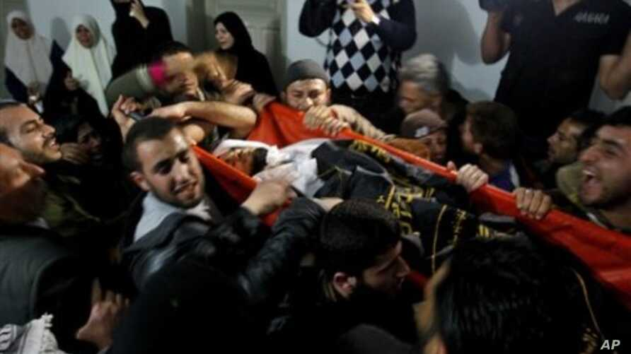 Palestinian mourners carry the body of Saber Assalya, an Islamic Jihad militant, during his funeral in Jabalya refugee camp, northern Gaza Strip, March 27, 2011