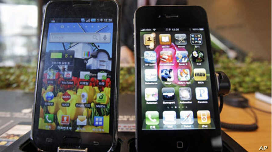 Samsung Electronics' Galaxy S, left, and Apple's iPhone 4 are displayed, (File)