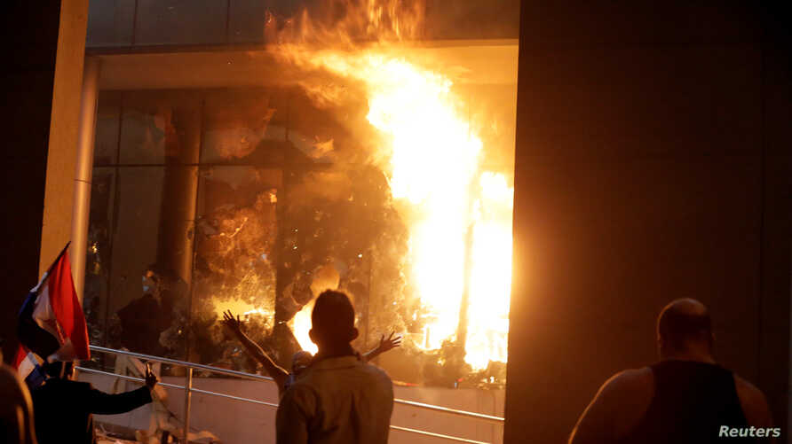 Protestors set fire to the Congress building during a demonstration against a possible change in the law to allow for presidential re-election in Asuncion, Paraguay, March 31, 2017.