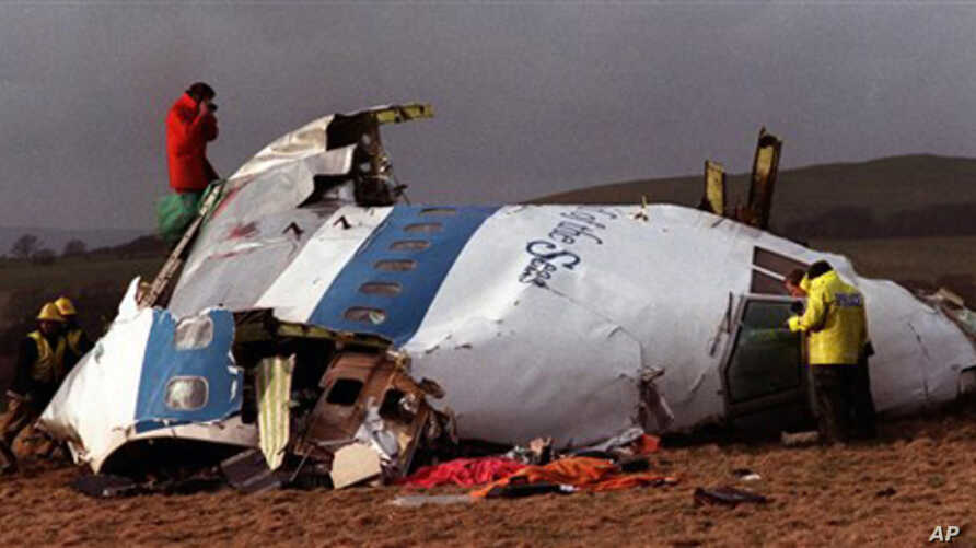 Police and investigators look at the remains of the flight deck of Pan Am 103 on a field in Lockerbie, Scotland, on December 22, 1988 (File)
