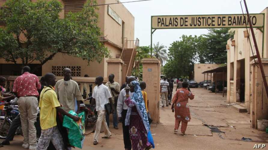 People walk in front of the 'Palace of Justice' courthouse in Bamako, August 28, 2012.