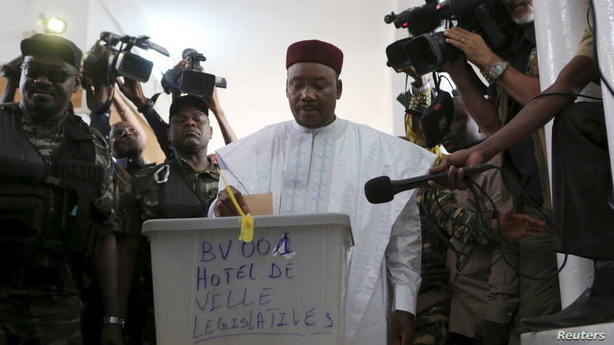 Niger's incumbent President Mahamadou Issoufou votes at a polling station during the country's presidential and legislative elections in Niamey, Niger, Feb. 21, 2016.