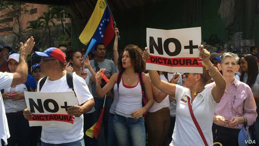 Anti-government demonstrators stage a massive protest in Caracas to press Venezuelan leader Nicolás Maduro for free elections, respect for the National Assembly and the return of other democratic norms, April 19, 2017. (A. Algarro/VOA)