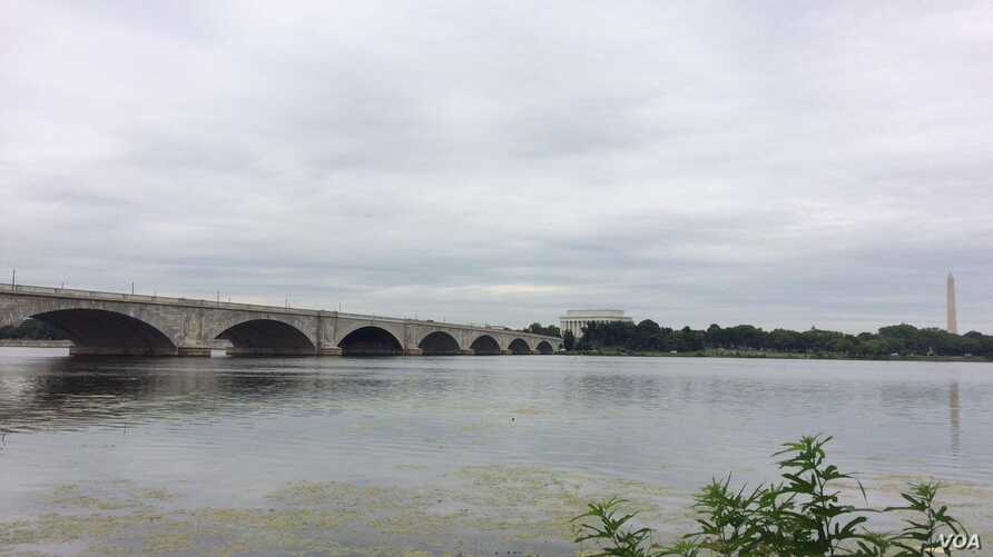 The Memorial Bridge, an iconic link between D.C. and Virginia, overlooks the Lincoln Memorial and Washington monument, Aug. 9, 2016. (E. Sarai/VOA)