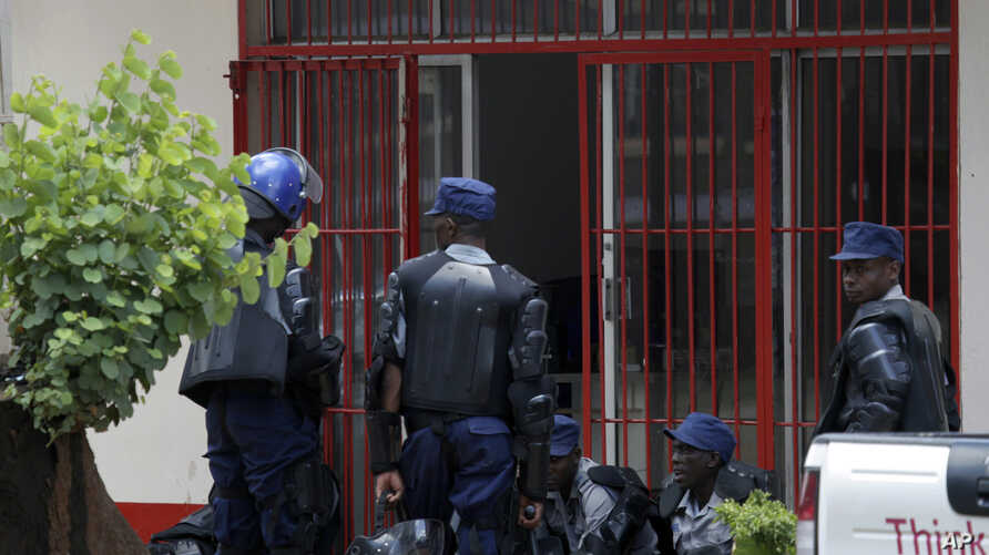 Zimbabwean Riot Police are seen outside the offices of the Trade Union in Harare, Oct, 11, 2018.