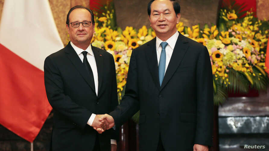 French President Francois Hollande (L) and his Vietnamese counterpart Tran Dai Quang shake hands at the Presidential Palace in Hanoi, Vietnam, September 6, 2016.
