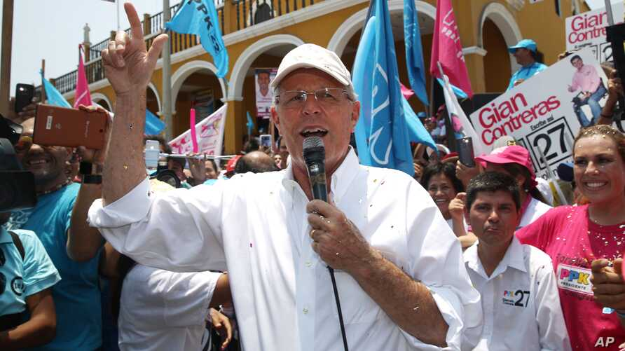 """Presidential candidate Pedro Pablo Kuczynski, of the """"Peruanos por el Kambio"""" political party, addresses supporters while campaigning in the Pachacamac neighborhood on the outskirts of Lima, Peru, March 13, 2016."""